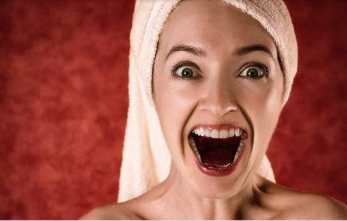 אישה קוראת בדיחות קרש וצוחקת בקול רם