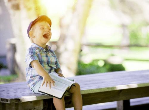 בדיחות לילדים - ילד צוחק בקול רם