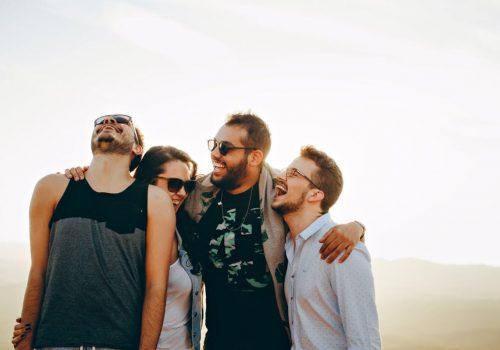 אנשים צוחקים ממיטב בדיחות קצרות ומצחיקות