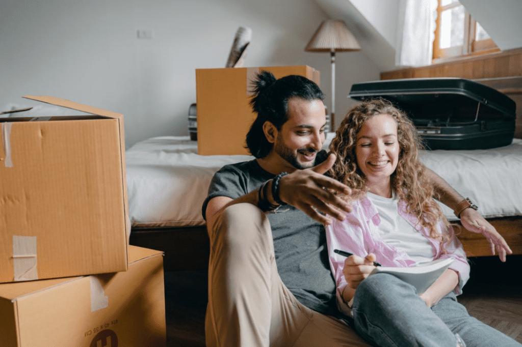 גבר ואישה צוחקים מקריאת בדיחות קצרות ומצחיקות