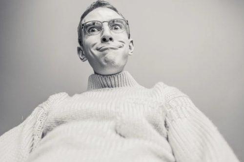 גבר מספר בדיחות על גברים